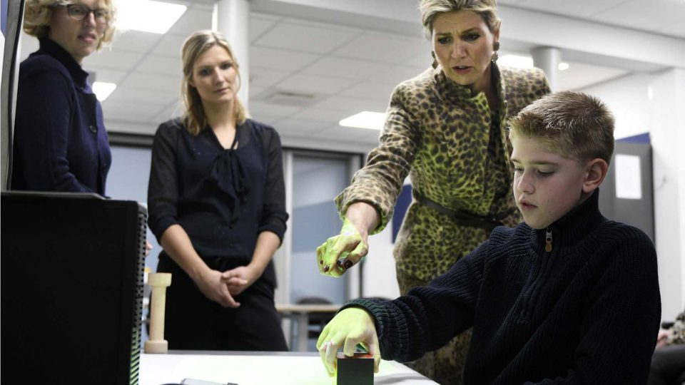 Queen Maxima visits Roessingh and plays HandsOn